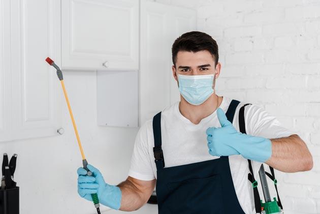 homem que trabalha em empresa especializada no controle de pragas