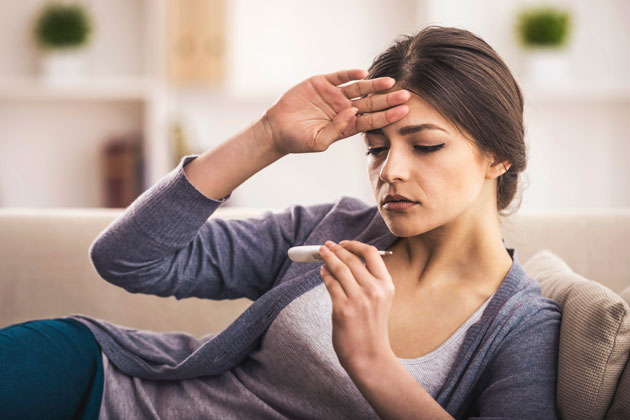 mulher febril por conta de falta de limpeza da caixa d'água