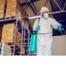 Na imagem vemos um funcionário da Insect Bye, uma referência em sanitização, fazendo um serviço.