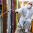 Homem realizando a sanitização em escolas