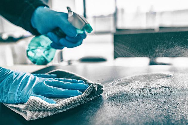 profissional da limpeza exemplifica na prática a diferença entre sanitização e desinfecção