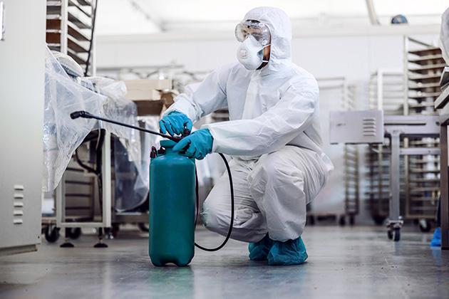 profissional especialista na diferença em sanitização e desinfecção do restaurante