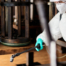 homem equipado com EPI exemplificando na prática a diferença entre sanitização e desinfecção
